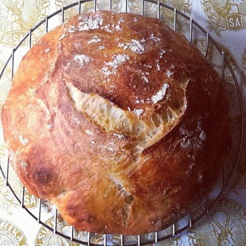 Met die knievrye metode, stadige rys, ysterpot en baie warm oond, is die kors krakerig en die brood geurig met groot rysgate ... asof dit uit 'n bakkery kom.