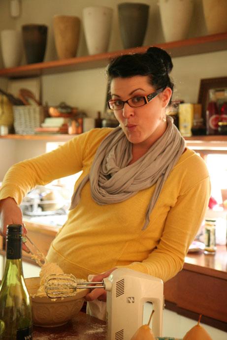 Roxy Laker, my kollega is 'n uitstekende fotograaf en lekker eter, maar nie juis lief om self te bak en brou nie, behalwe met die peerkoek - hier help vou sy die meel in die eier/suiker/botter mengsel in.