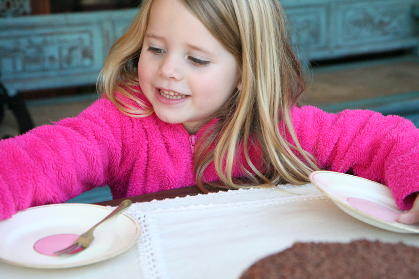 Die liefste klein kuiergas hou sommer twee bordjies reg vir sjokoladekoek (foto Roxy Laker)