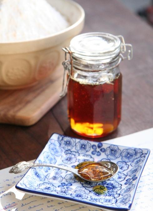 Goue stroop, 'n outydse tuisgemaakte lekkerte, is 'n goeie verskoning om brood te bak. (Foto Roxy Laker by Huiskok HQ)