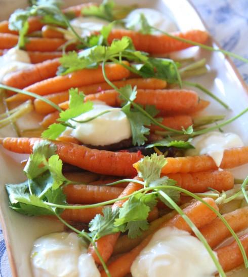 Jong wortels, koljander en jogurt met lemoensap-slaaisous