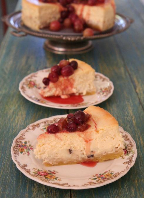 Oesfees kaaskoek met tipsy sultanas in die vulsel, haselneut op die kors en druiwe in heuning en verjuicestroop