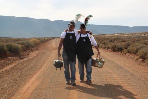 Die Kokkedoor onthoukokke Arthur Wildskut en Jo Fritz kook die land warm met hul Karoo Kambroo kos-en-kultuuraande. En hulle maak kerriesult!