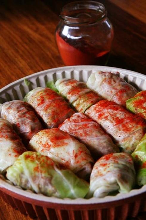 Bo-Kaapse ouvrou onder die kombers kry 'n strooisel kosbare Hongaarse paprika. Foto: Ian du Toit