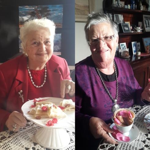 Ma Inez met die Turkse lekker 'pannekoek vir pa's (links) en Tannie Poppie met die eierlose pannekoek in 'n rooskoppie