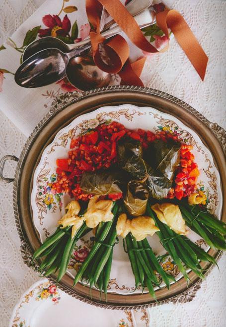 Groenboonbondels met kerriemayonnaise, saam met koring-koperpennieslaai. (Foto: Kokkedoor: Die Kookboek)