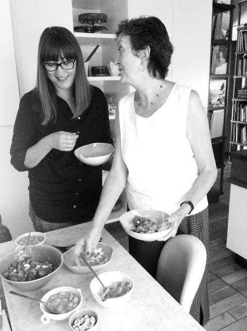 Kollegas Gina en Anita toets-proe die kerrierige groenboontjiebredie bedien met sousboontjies en tamatiesambal