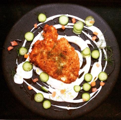 My interpretasie van Diana Henry se rogbroodhoenderschnitzel op Diana Ferreira se keramiekbord. Hier het ek dit bedien met 'n eenvoudige jogurtsousie met suurlemoen gegeur.