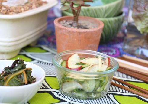 Die komkommer- en appelpiekel is vining om te maak en dra by tot die tekstuur van die bibimbap