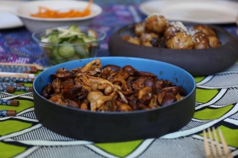 Bykosse soos sampioene met mirin en aartappeltjies met sojasous-en sesamekaramel dra by tot opwindende geure met alledaagse bestanddele